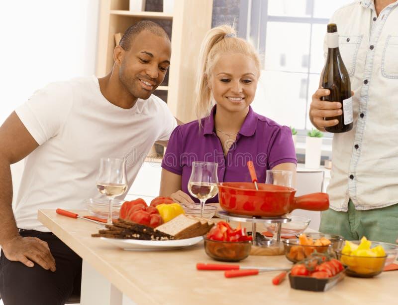 在家一起用餐的朋友 免版税库存照片