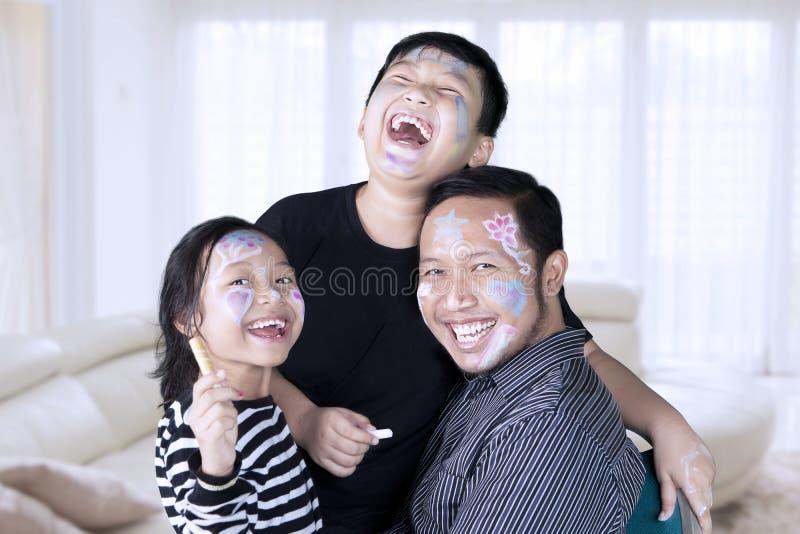 在家一起笑的父亲和的孩子 免版税库存图片