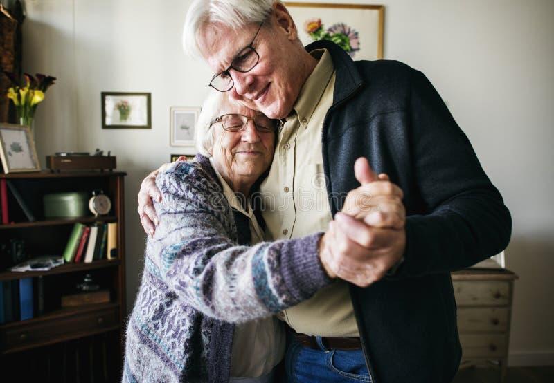 在家一起跳舞资深的夫妇 免版税库存照片
