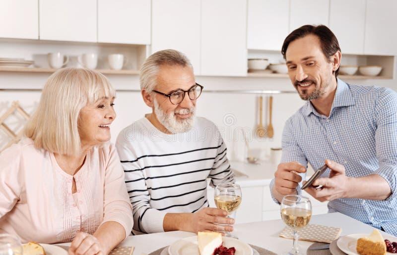 在家享受家庭周末的发笑成熟人 免版税库存图片