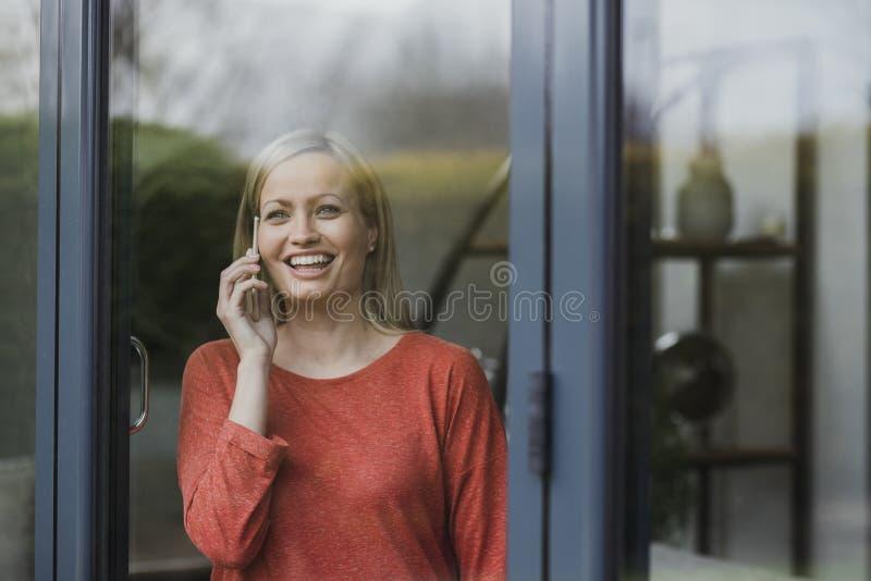 在家享受电话 免版税库存照片
