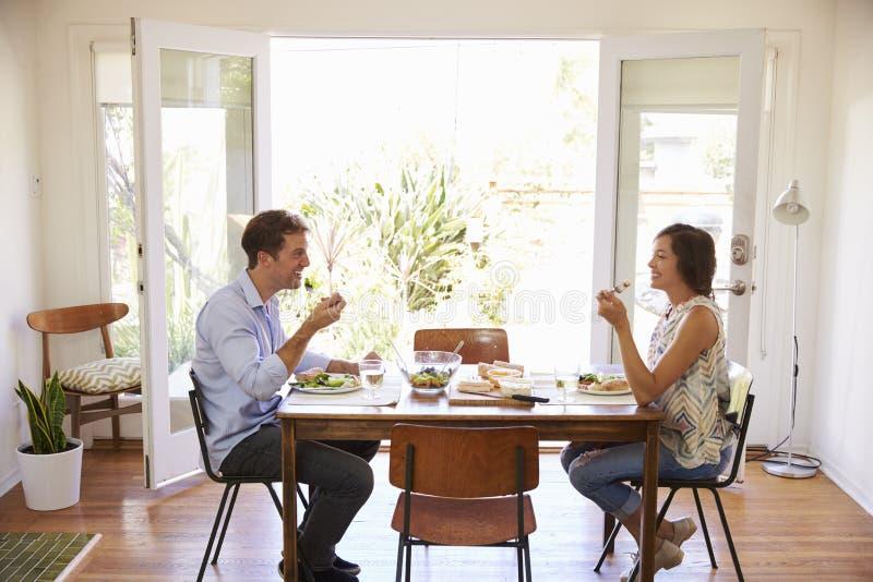 在家享受膳食的夫妇一起 免版税库存图片