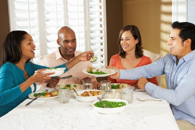 在家享受膳食的组朋友 免版税库存照片