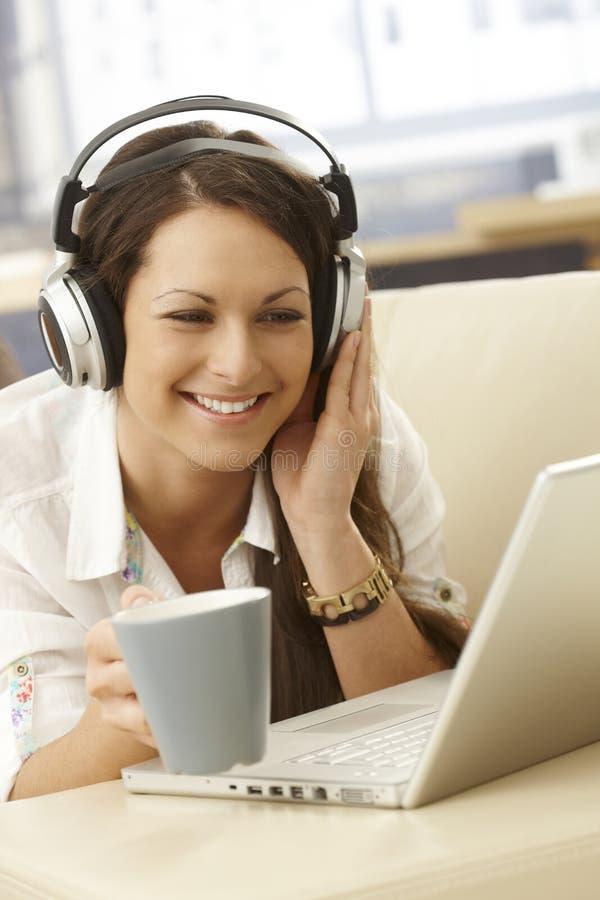 在家享受音乐的少妇 免版税图库摄影