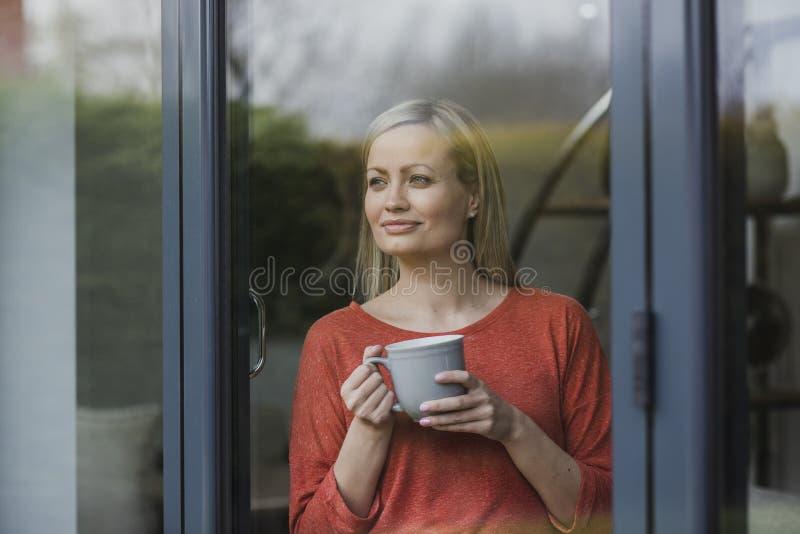在家享用一杯茶 免版税库存照片