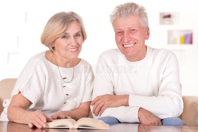 在家休息可爱的年长的夫妇 图库摄影