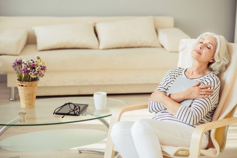 在家休息宜人的高兴资深的妇女 免版税库存图片