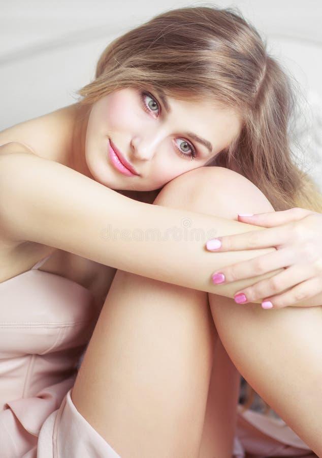 在家休息美丽的白肤金发的妇女 免版税库存图片