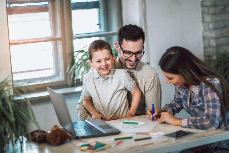 在家使一致微笑的家庭 免版税库存照片