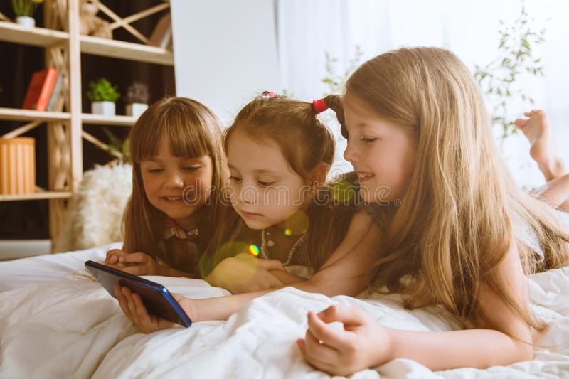 在家使用不同的小配件的女孩 库存照片