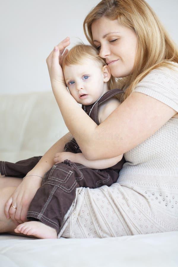 Download 有她的孩子的母亲 库存照片. 图片 包括有 快乐, 人力, 女孩, 感觉, 童年, 白种人, 女儿, 少许 - 30332802