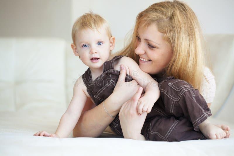 有她的孩子的母亲 免版税图库摄影