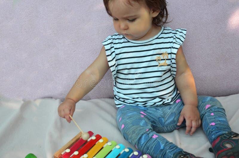 在家使用与木琴的逗人喜爱的儿童女婴小孩 创造性和教育概念 音乐的早期的stert 免版税库存照片