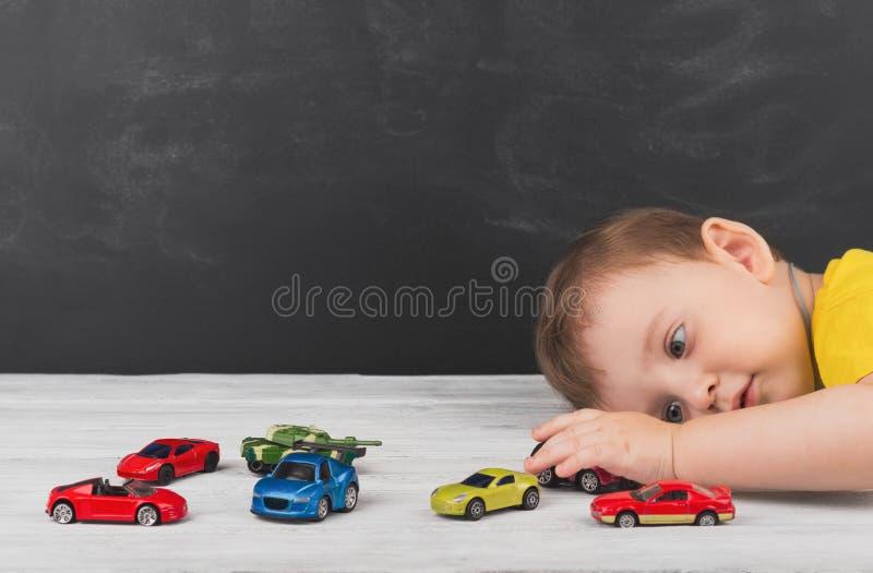 在家使用与汽车的小男孩 概念的无忧无虑 库存照片