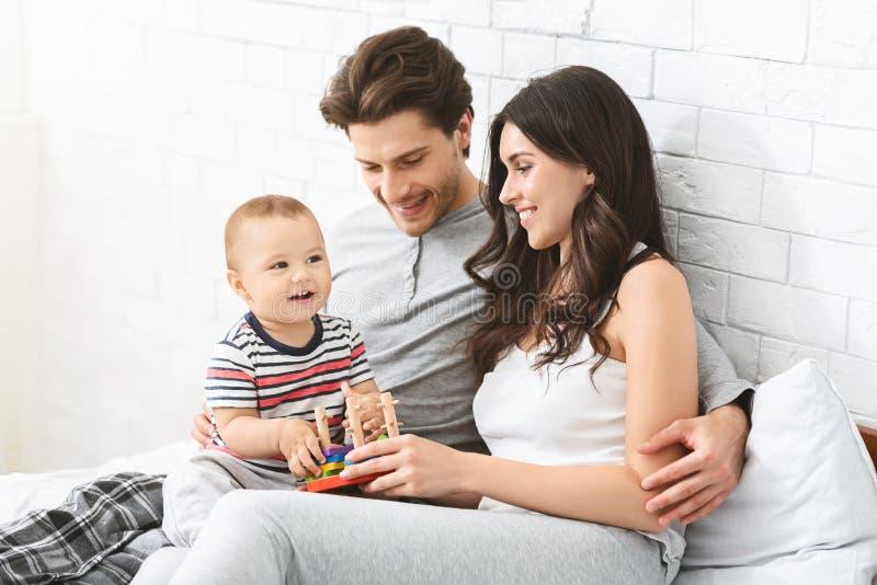 在家使用与父母的可爱的婴孩 免版税库存图片