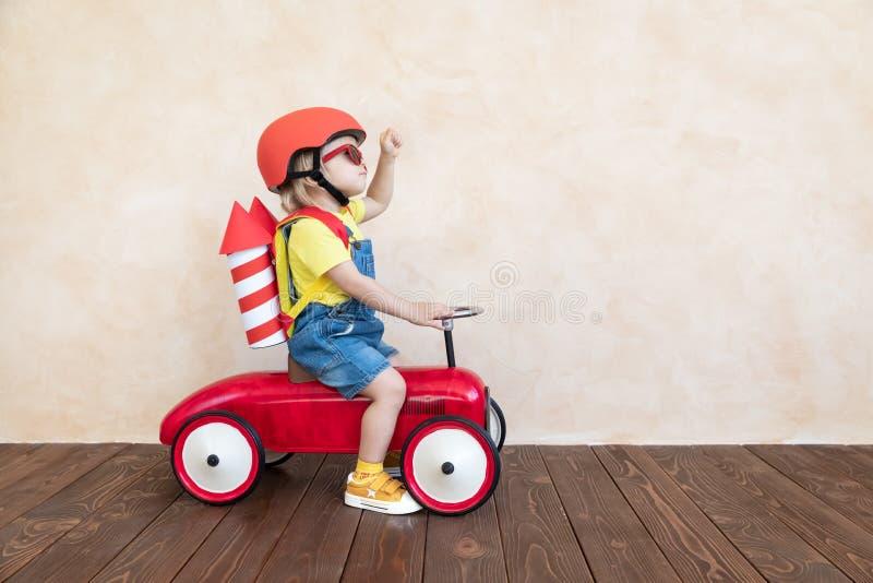 在家使用与玩具火箭的孩子 免版税图库摄影