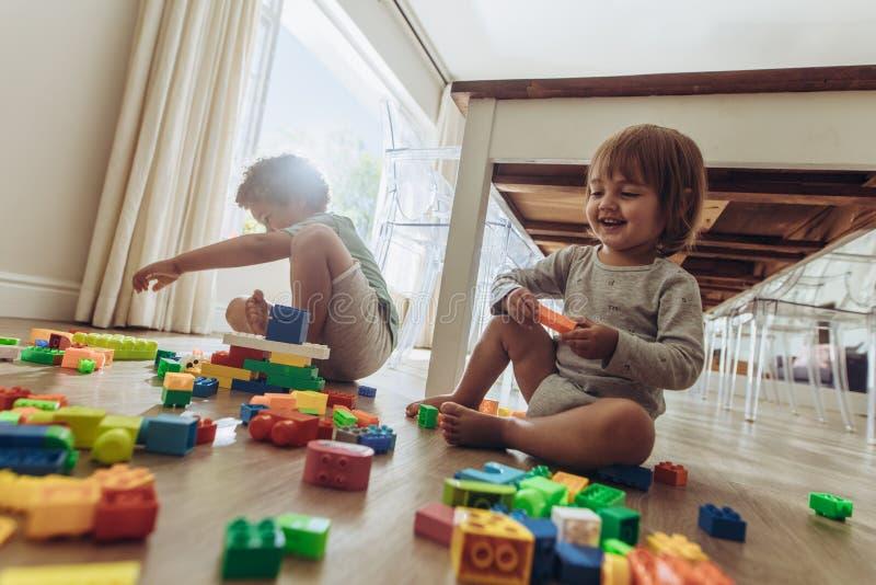 在家使用与玩具的兄弟姐妹 免版税库存照片