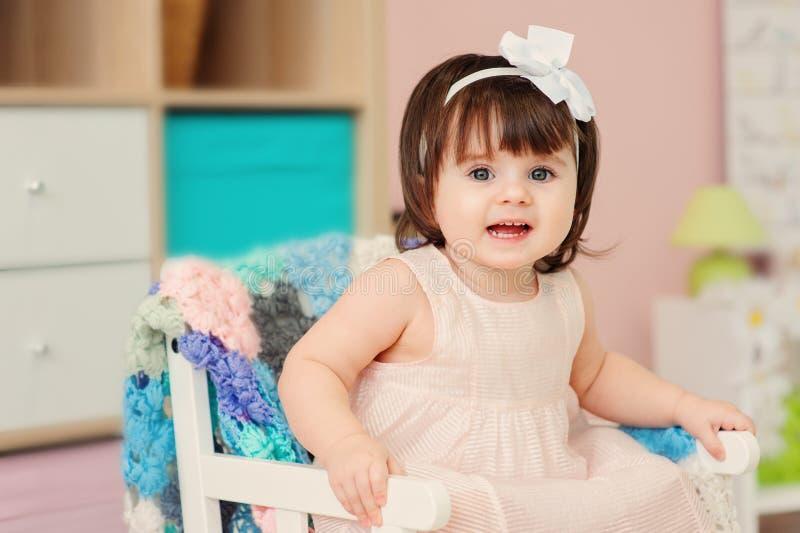 在家使用与玩具的逗人喜爱的愉快的1岁女婴 免版税库存照片