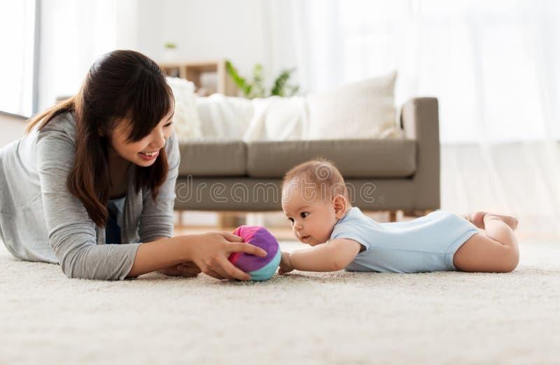 在家使用与球的母亲和小儿子 图库摄影