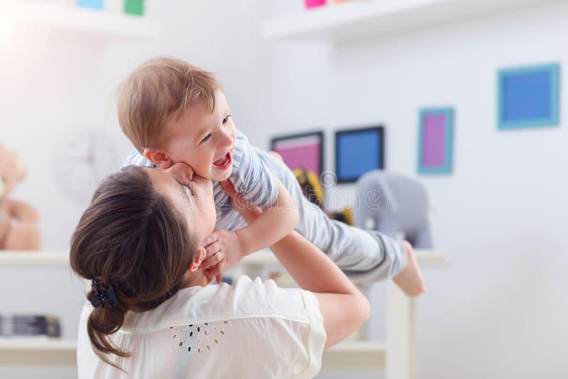 在家使用与男婴的愉快的母亲 库存照片