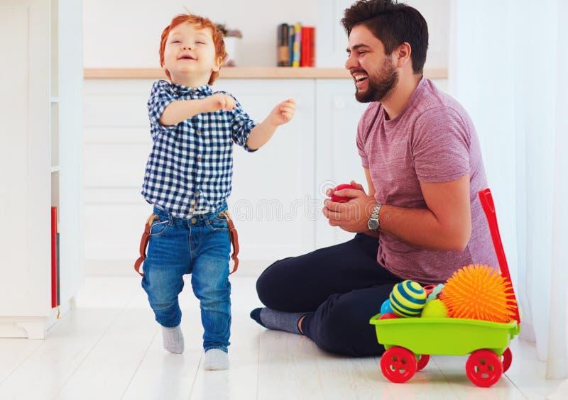 在家使用与逗人喜爱的小儿子的愉快的父亲的坦率的片刻,家庭比赛 免版税图库摄影