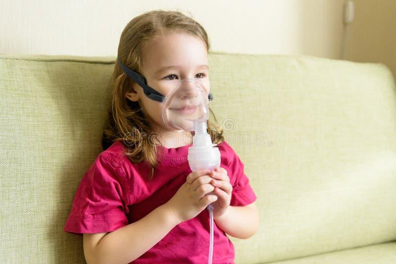 在家使用吸入器面具的女孩 免版税库存图片