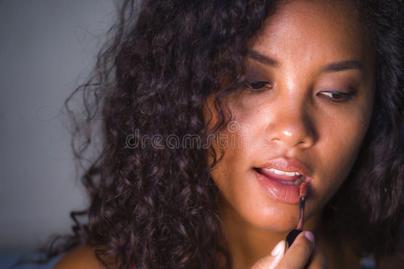 在家使用在她的嘴唇的年轻美丽和自然混杂的种族白种人和美国黑人的妇女画象构成  库存照片