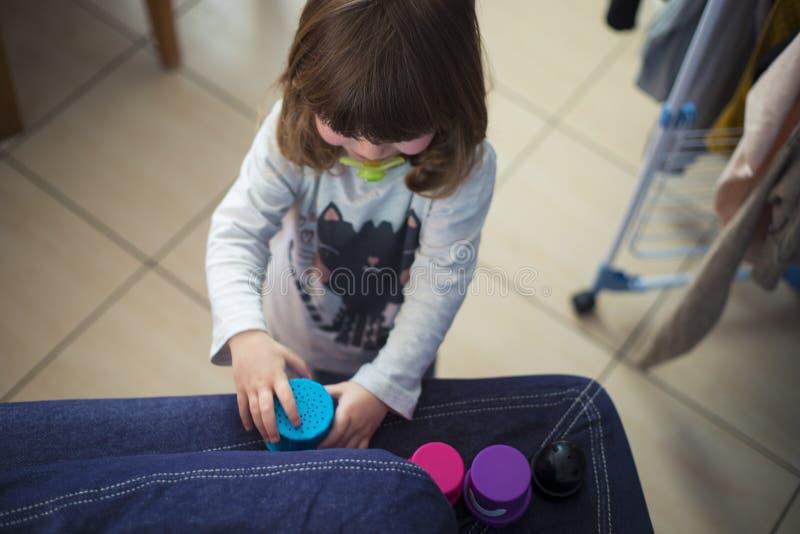 在家使用小孩的女孩 免版税库存图片