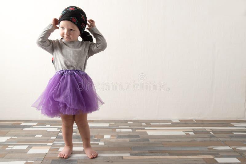 在家使用愉快的孩子 E 无忧无虑的童年的概念 复制 免版税库存图片