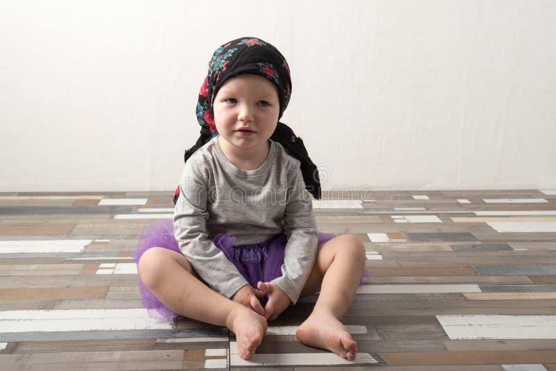 在家使用愉快的孩子 E 无忧无虑的童年的概念 复制 库存照片