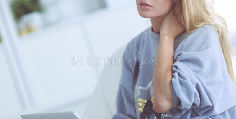 在家使用手提电脑的年轻美女 免版税库存图片
