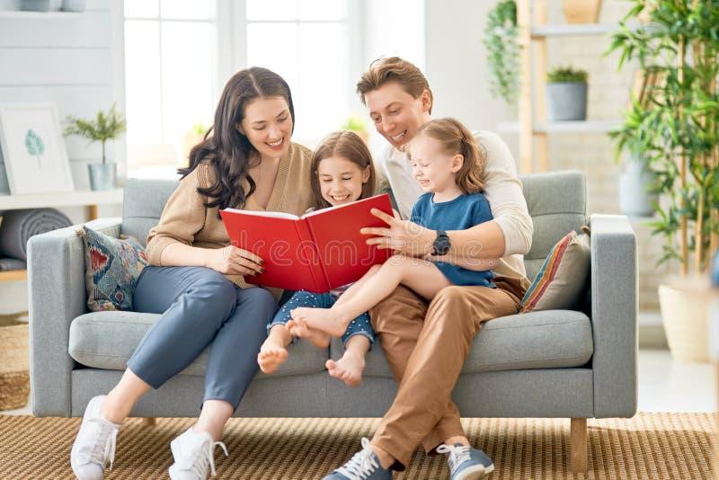 在家使用的幸福家庭 免版税库存照片