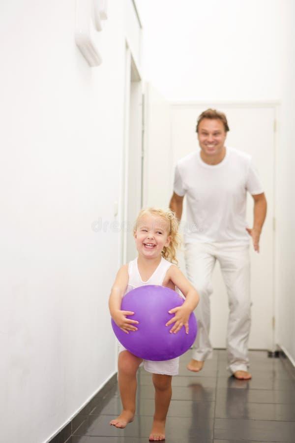 在家使用的父亲和的女儿 库存照片