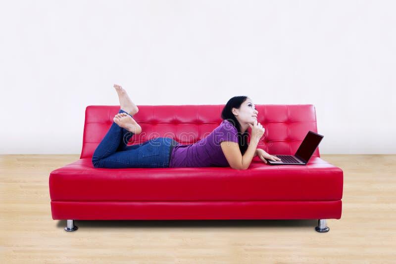 在家使用膝上型计算机的少妇 库存图片
