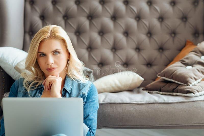 在家使用膝上型计算机的美丽的妇女 图库摄影