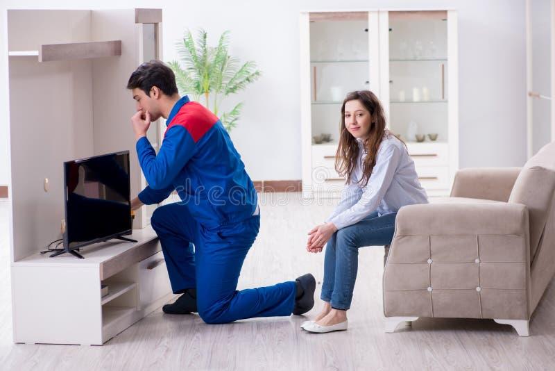 在家修理电视的电视安装工技术员 库存图片