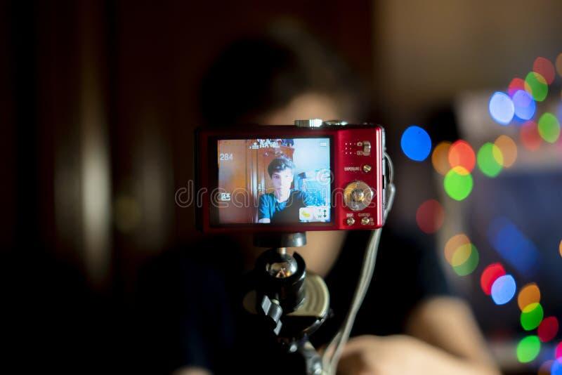 在家做与照相机的年轻男性少年一个博克,vlog射击f 免版税库存图片