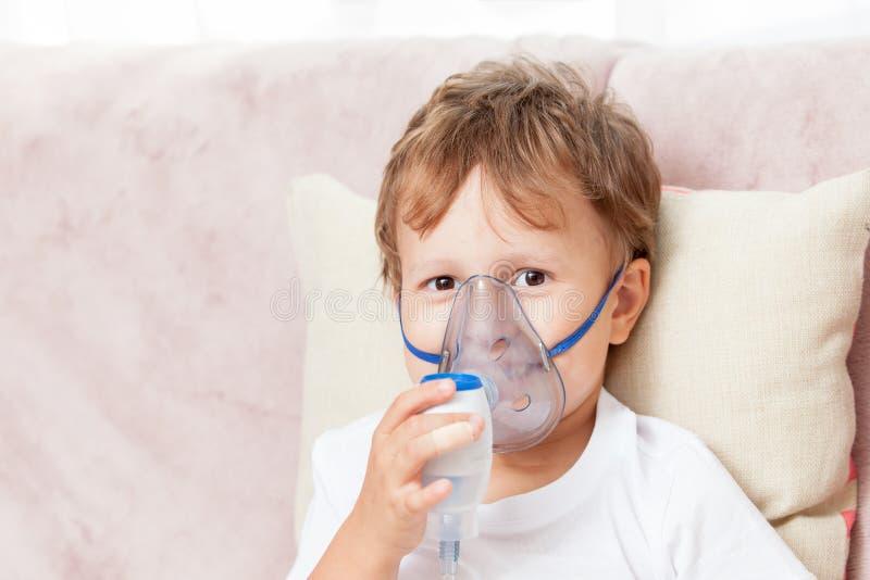 在家做与雾化器的男孩吸入 免版税库存照片