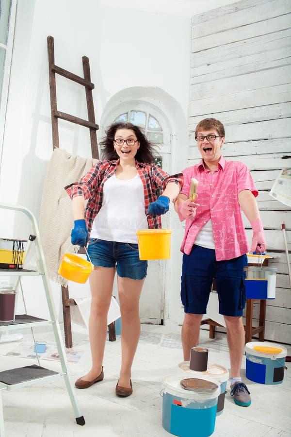 在家做修理的年轻夫妇 库存照片