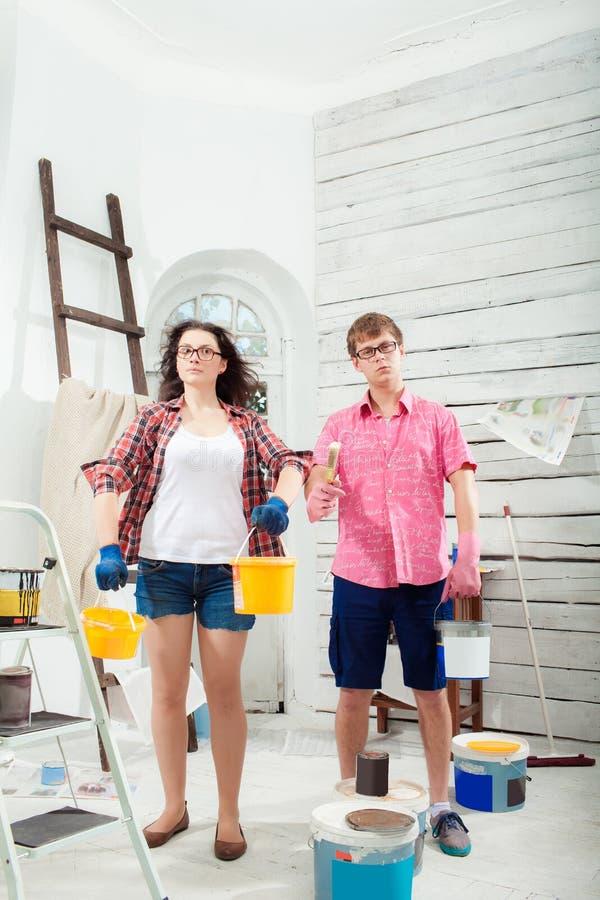 在家做修理的年轻夫妇 免版税库存照片