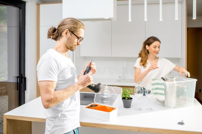 在家做命令的年轻夫妇 图库摄影