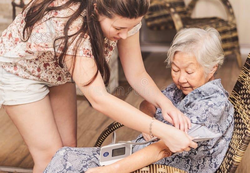在家做在健康的祖母核对 库存照片