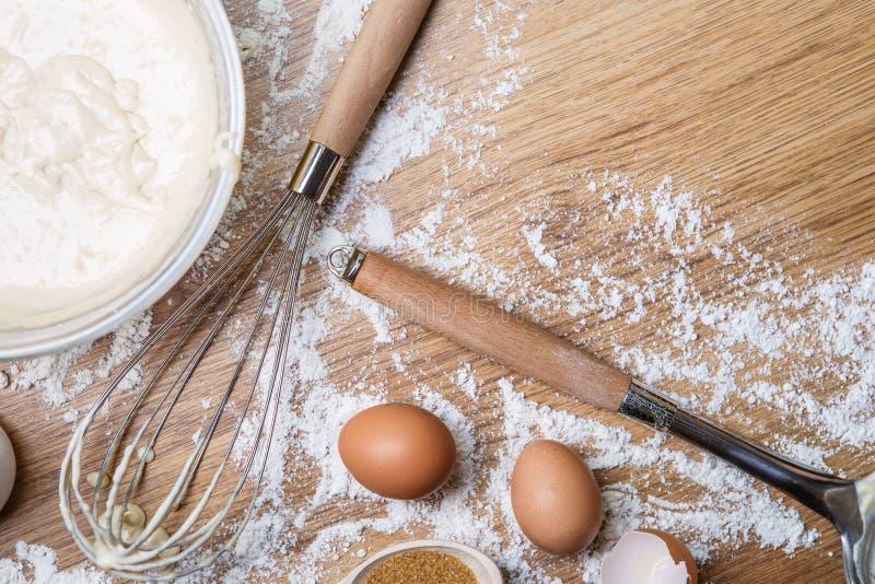 在家做在碗、鸡蛋和花冠的奶蛋烘饼-面团 免版税库存图片