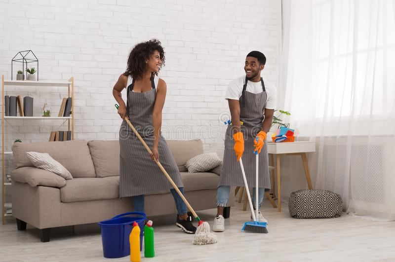 在家做差事的非裔美国人的夫妇一起 库存图片