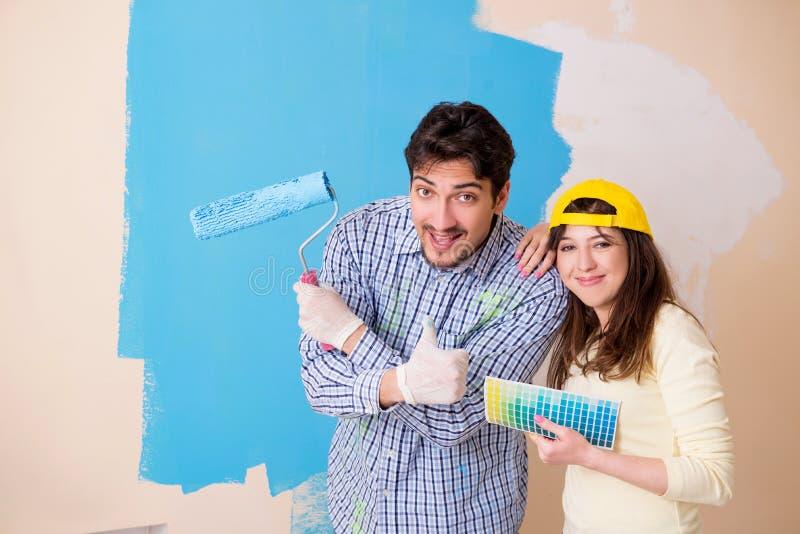 在家做整修的丈夫和妻子 免版税库存照片