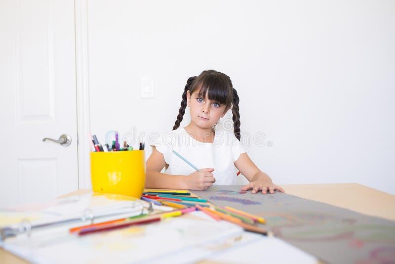 在家做艺术的女孩 免版税库存图片