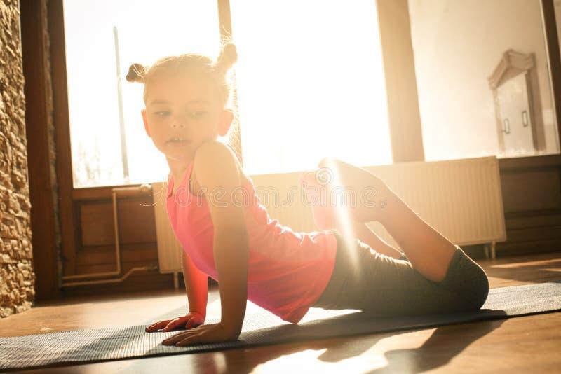 在家做锻炼的小女孩 免版税库存照片