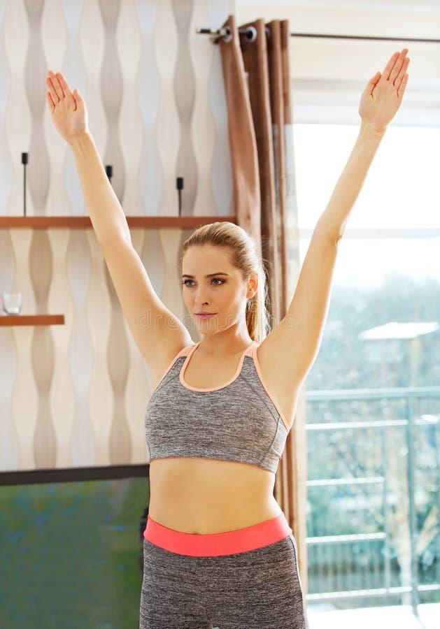 在家做锻炼的少妇 免版税库存图片