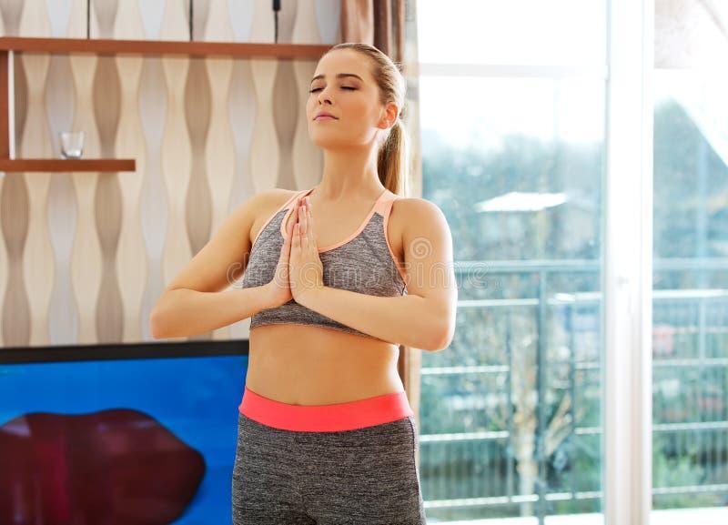 在家做锻炼的少妇 免版税库存照片