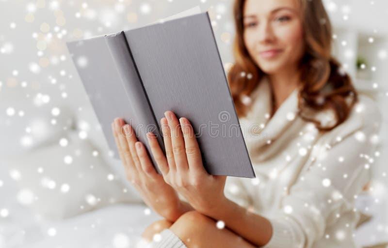 在家关闭少妇阅读书 免版税库存照片
